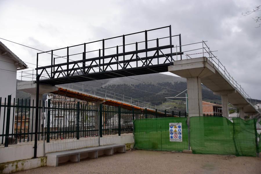 Instalada la pasarela peatonal en el barrio de La Estación