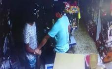 Un atracador adolescente apuñalado y el dueño de un bazar chino herido en un robo