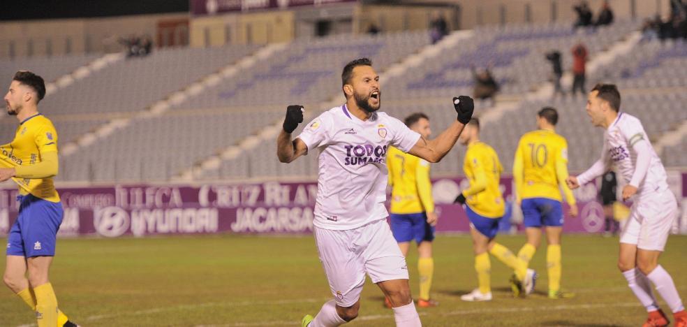 El Real Jaén salva la primera bola  de partido