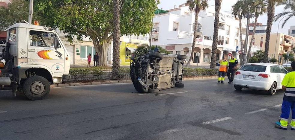 Una mujer herida tras volcar con su vehículo en El Parador