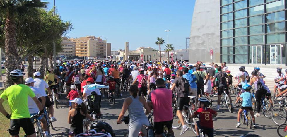 Roquetas se unirá a la Red de Ciudades que Caminan y la Red de Ciudades por la Bici