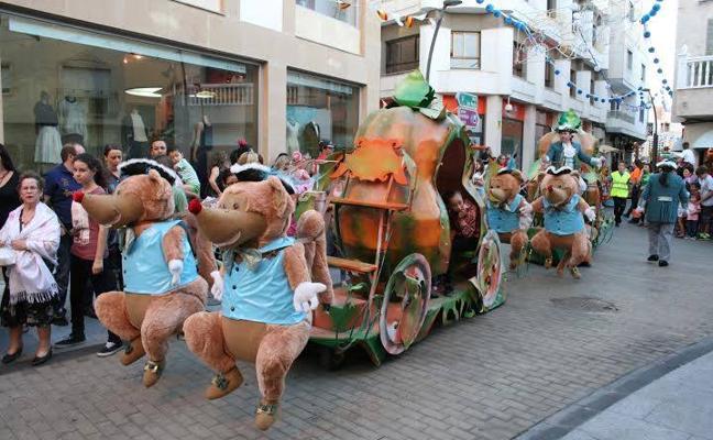 El desfile de carrozas y la ofrenda floral centran las actividades festivas de hoy