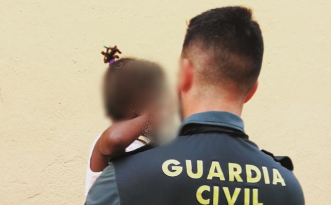 La Guardia Civil auxilia en Roquetas a una niña de tres años que estaba sola y asomada al balcón
