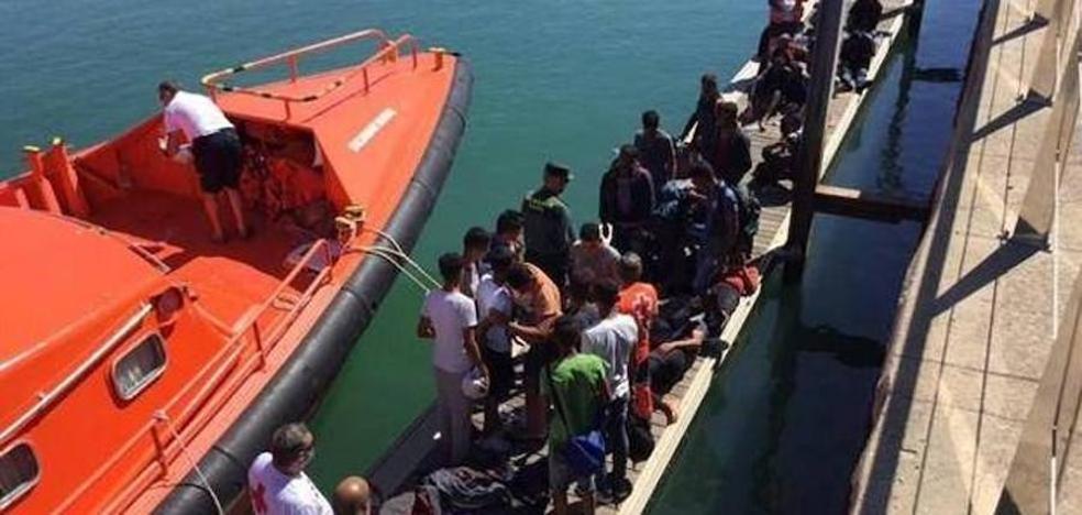 Rescatan a 13 inmigrantes de una patera cerca de Roquetas de Mar