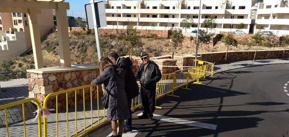 Grietas y riesgos de derrumbe en el mirador de Las Colinas ejecutado en 2016