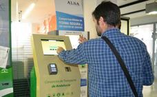 El Consorcio Metropolitano instala una máquina de recarga de tarjetas en la Biblioteca Municipal de Roquetas