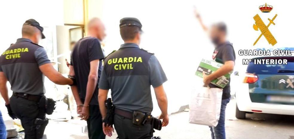 La Guardia Civil desmantela en Roquetas un 'narco bloque' de viviendas dedicado al cultivo de marihuana