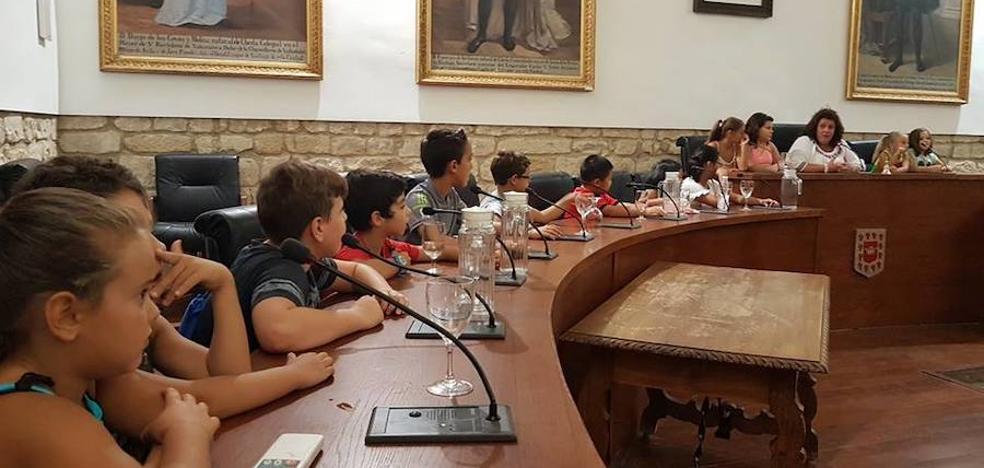 Alumnos de la Escuela de Verano en los Barrios visitaron el Ayuntamiento