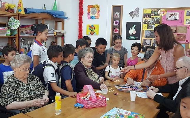 Encuentro intergeneracional dentro de las actividades de la Escuela de Verano en los Barrios