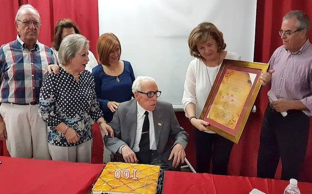Reconocimiento a Manuel Archilla por su reciente centenario y su compromiso con los mayores