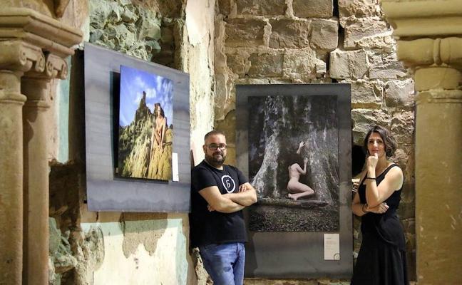 Tierra y piel se funden en la exposición fotográfica 'Génesis', que hace parada en San Lorenzo