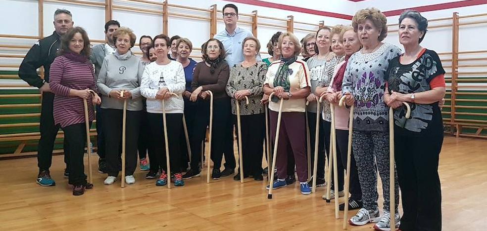 Karate con garrota para fomentar la práctica de ejercicio entre los mayores