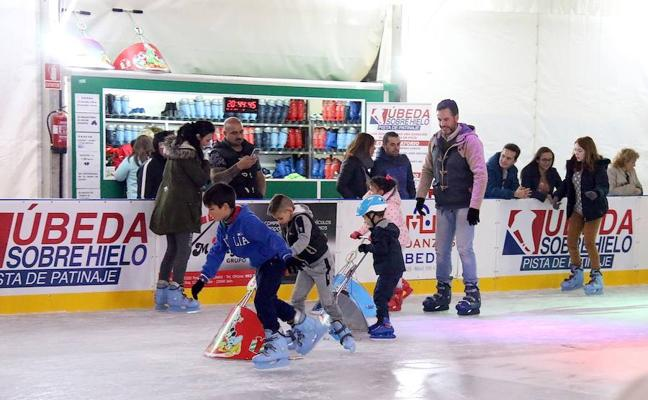 Buen ambiente en la pista de patinaje sobre hielo instalada en la carpa de la plaza de toros