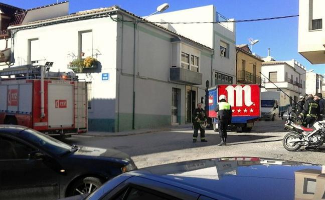 Un camión atravesado en el cruce de las calles Pintor Juan Esteban y Bolero de Úbeda