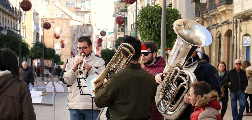 Música navideña en las calles comerciales para generar ambiente y animar las compras