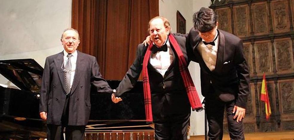 Dos tenores y un pianista sobre el escenario del auditorio del Hospital de Santiago