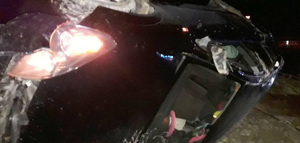 Vuelco de un vehículo sobre una rotonda entre Úbeda y Baeza