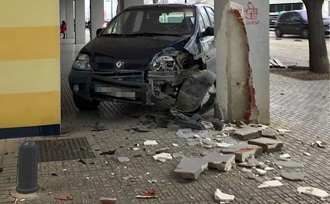 Colisiona contra una columna tras atravesar el carril bici y la acera en Úbeda