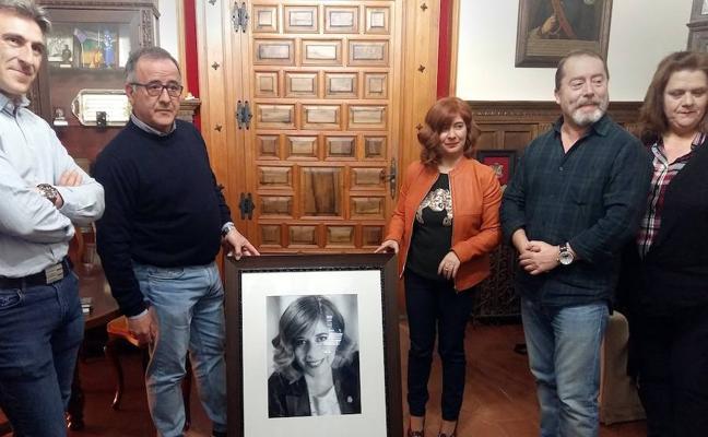 La Asociación Fotográfica de Úbeda entregó a la alcaldesa el tradicional retrato institucional