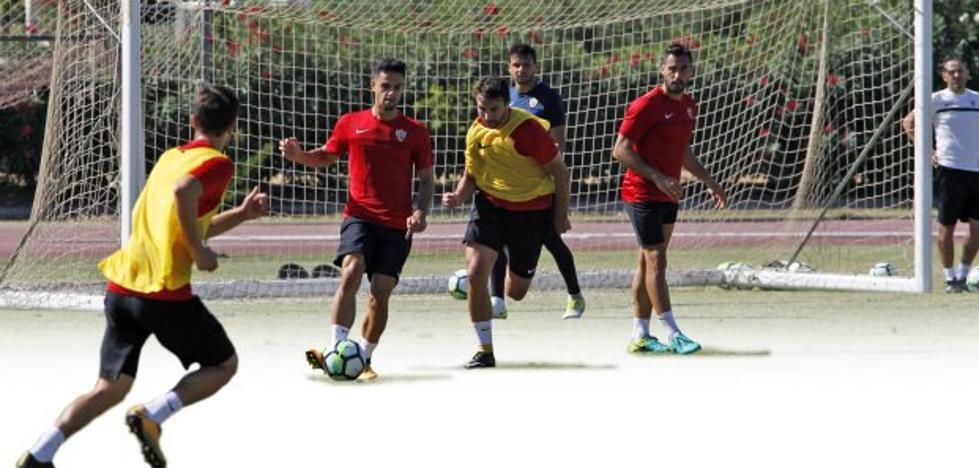 El Almería se cae en los últimos veinte minutos y pierde en El Sadar