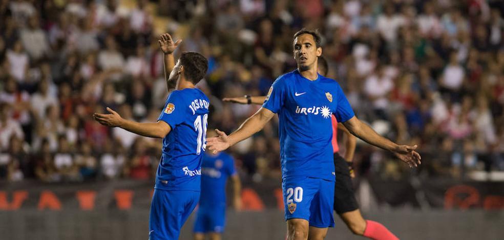 Rayo y Almería quieren, pero sólo pueden los locales