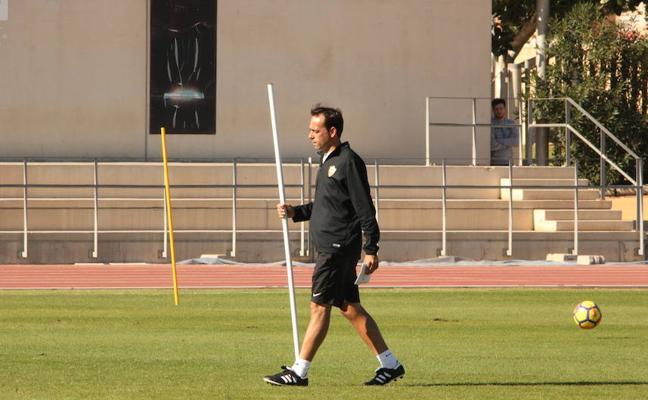 Fran Fernández dirige la primera sesión de trabajo de la UD Almería