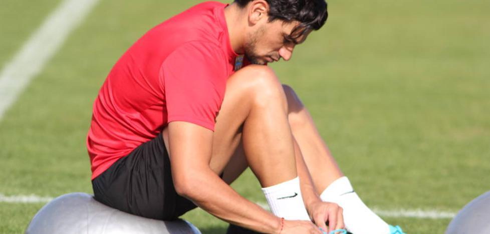 El Almería recupera a Tino Costa y a Verza para jugar en Barcelona
