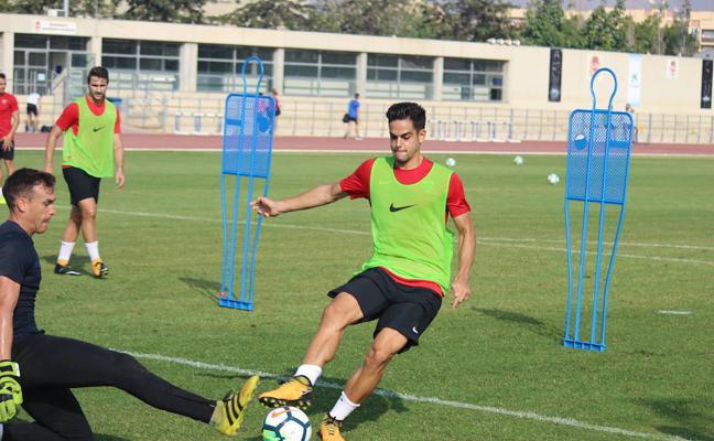 Lucas Alcaraz concentra a 20 jugadores para el Almería-Nàstic