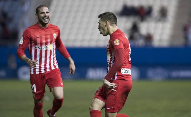 El Almería aprende a sufrir para hacer brillante un partido gris
