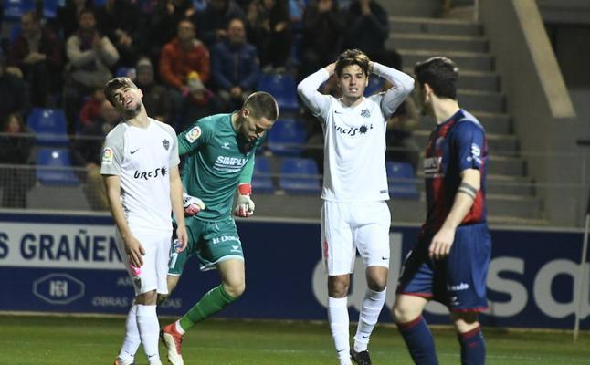 El Almería saca un punto de El Alcoraz por trabajo
