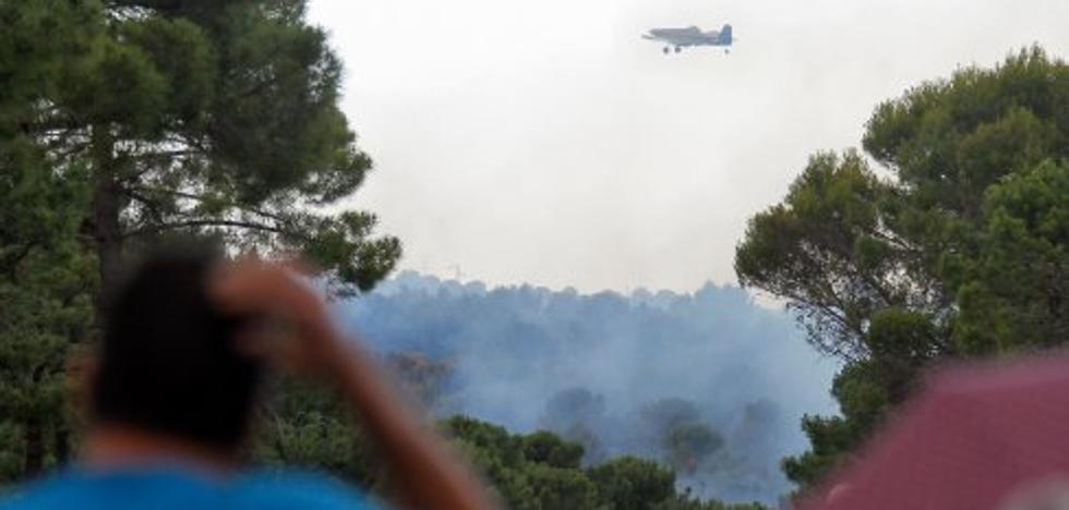 Casi un centenar de operarios para sofocar dos fuegos en el Llano de la Perdiz y Albuñuelas