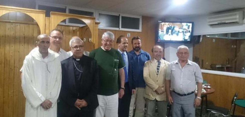 El arzobispo visita por primera vez una mezquita y cena junto a musulmanes