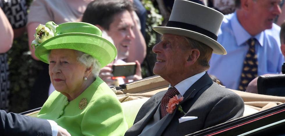 El marido de la reina de Inglaterra abandona el hospital