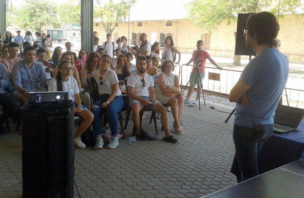 La Feria de Empleo pone en contacto a jóvenes que buscan trabajo con empresas