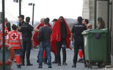 En libertad 75 personas llegadas en patera por falta de espacio en los CIE