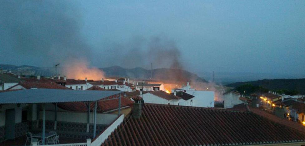 Los bomberos logran parar el fuego en Íllora