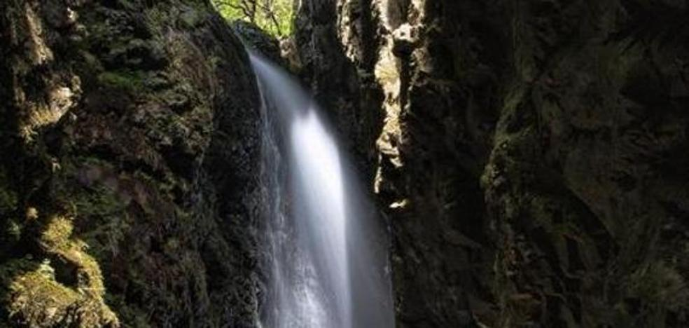 Fallece un joven montañero en una cascada tras despeñarse por una ruta