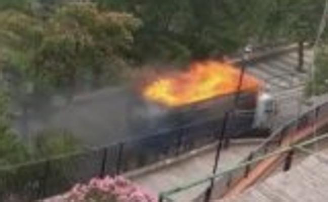Un camión con el remolque ardiendo recorre dos kilómetros de Nívar a Cogollos