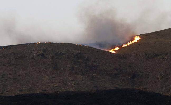 Un incendio forestal pone en jaque el parque natural de Cabo de Gata-Níjar