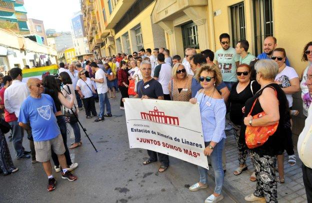 Unos 250 vecinos dicen 'No' al paro en el Ayuntamiento de Linares
