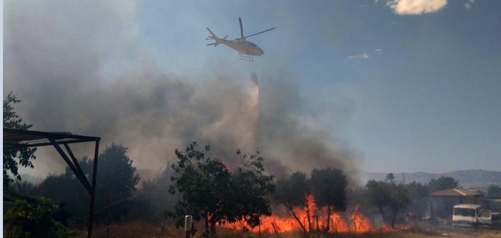 Bomberos y vecinos combaten un incendio en Moraleda de Zafayona