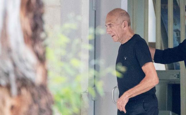 El ex primer ministro israelí Ehud Olmert sale de prisión
