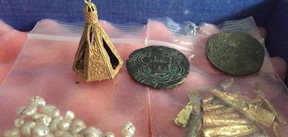 Hallan un tesoro y restos arqueológicos de la época nazarí en una cueva de la Costa