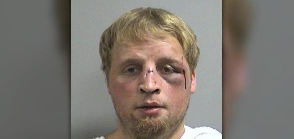 El padre de una bebé que fue agredida sexualmente por su amigo le da una paliza