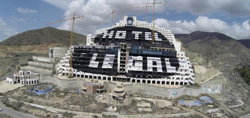 """Greenpeace recaba en redes sociales """"ideas"""" para exigir la demolición del Algarrobico"""