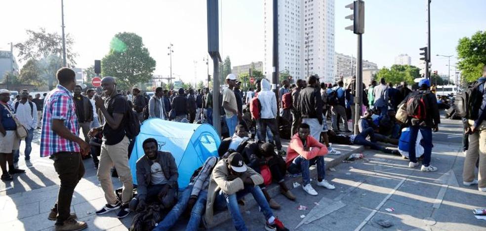 La Policía evacúa un campamento con 2.771 inmigrantes en París
