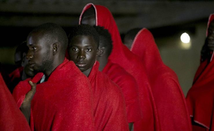 Llegan al puerto de Motril los 32 inmigrantes rescatados de una patera
