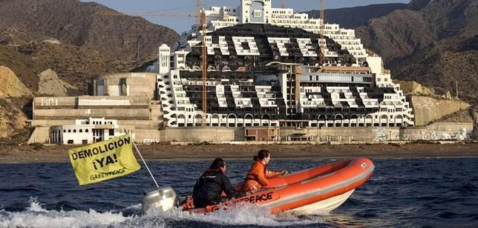 Activistas de Greenpeace escalan la fachada del Algarrobico para repintar la leyenda 'Hotel Ilegal'