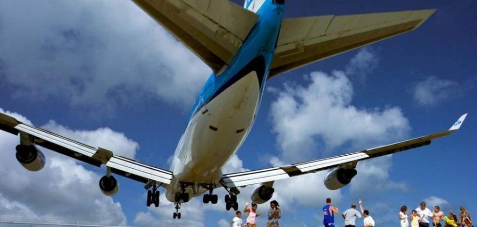 Muere una mujer golpeada por el chorro del motor de un avión cuando lo veía despegar
