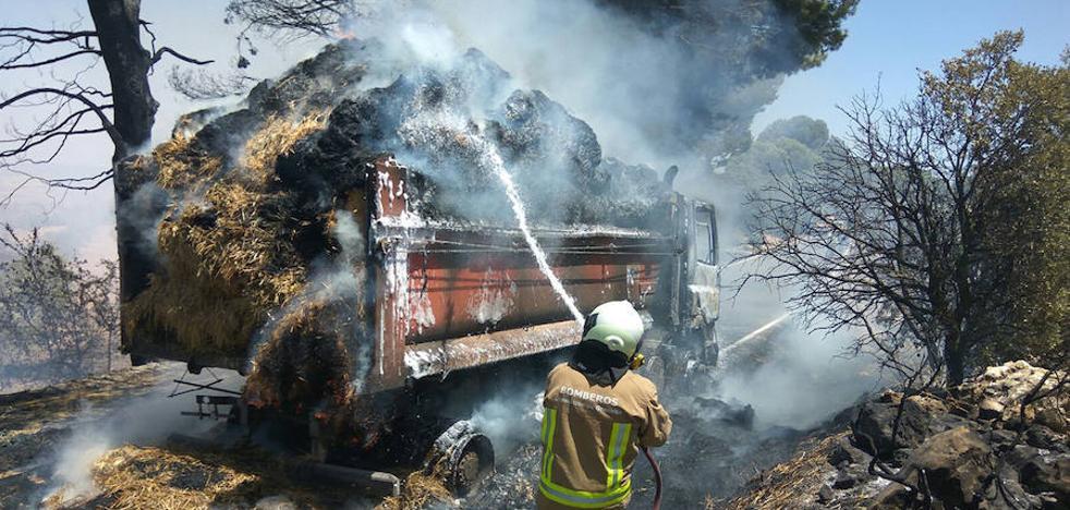 Arde un camión de paja en el cruce de Alhama y Cacín